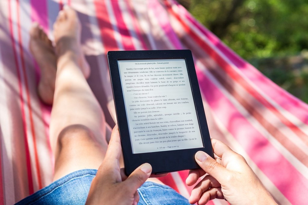 relaxing-reading-ebook-in-hammock